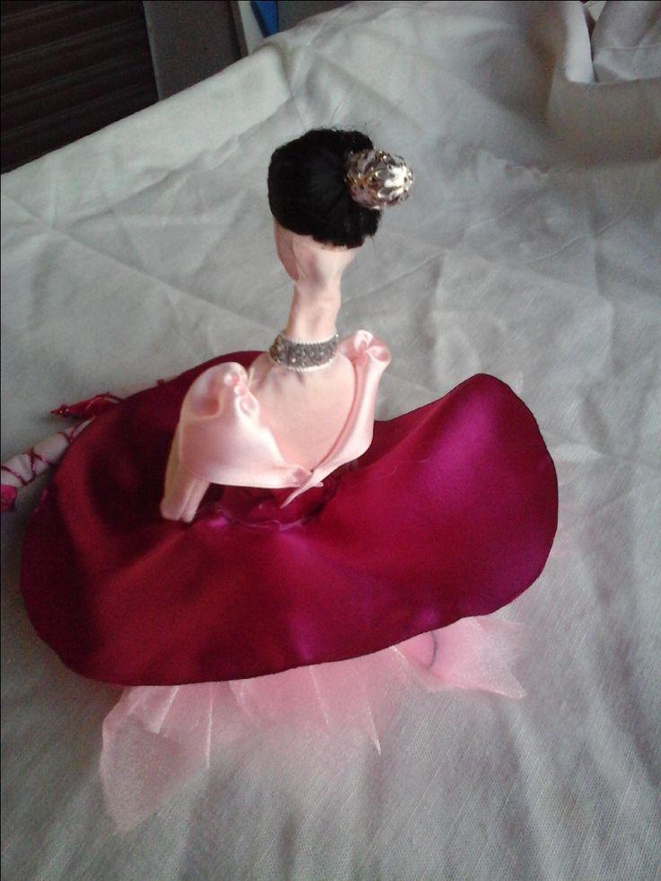 doll collection Rosi lato B Bambola di stoffa o di pezza(rag doll) cucita e dipinta a mano alta 15-16cm seduta vestita di nastri seta e raso, bomboniera con portaconfetti sotto la gonna realizzata pezzo unico