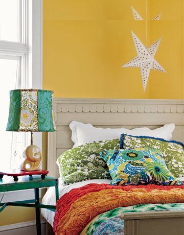 Sometimes mixing and matching have great results, like this bold and funky bedroom.