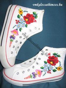 M. Mónika kalocsai mintás kézzel hímzett cipő