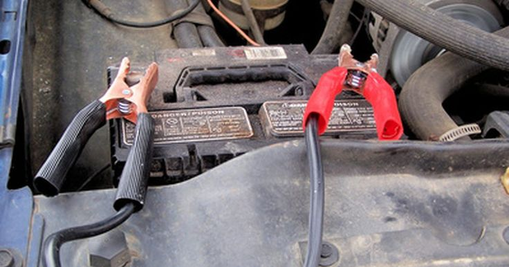 Cómo convertir 12 voltios a 110 voltios. Los sistemas eléctricos automotores pueden proveer de una fuente segura de corriente directa de 12 voltios. Ocasionalmente, la corriente alterna de 110 voltios es necesaria para operar equipos eléctricos como computadoras o electrónicos portátiles si la única fuente de poder es un conector automotriz. Para obtener energía AC de una fuente de poder ...