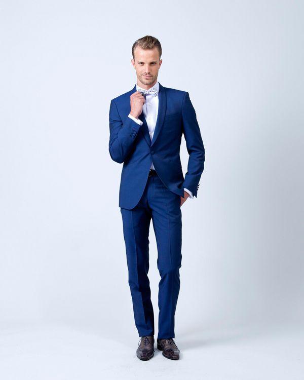 Costume cintré pantalon slim, veste deux boutons. Style dandy fashion.