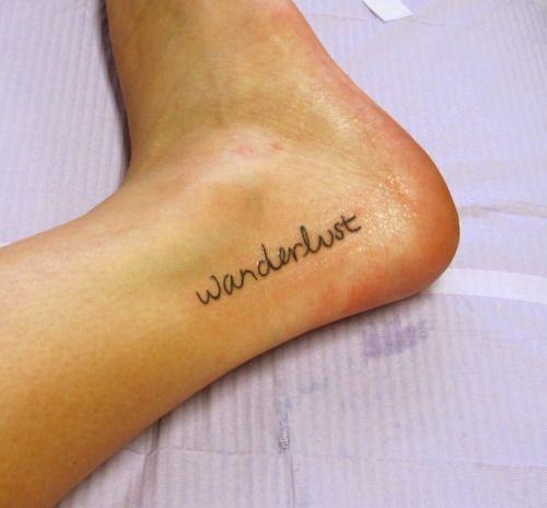"""Pequeño tatuaje que dice """"wanderlust"""", palabra que proviene del alemán y que significa algo así como 'un fuerte deseo por viajar y conocer mundo', situado en el tobillo."""