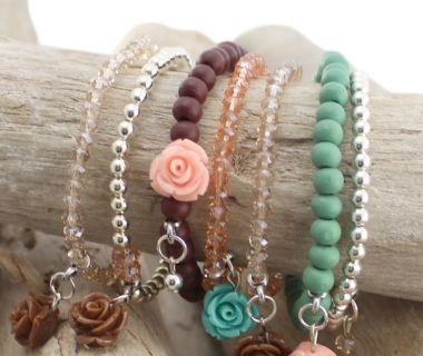 Korte omschrijving: Cuoio armbanden met DQ metalen schuivers en mooie armbandenset met roosjes