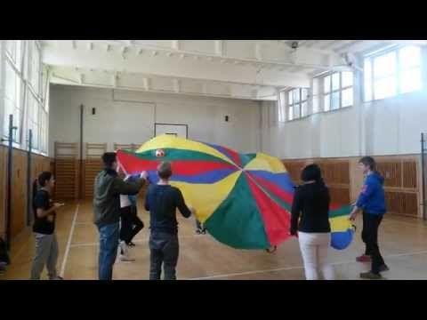 Animátoři - hra s padákem - YouTube