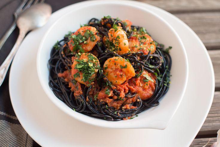 Espaguetis negros con tomate y gambas con un toque picante. Recetas de pasta, sabores del mundo.