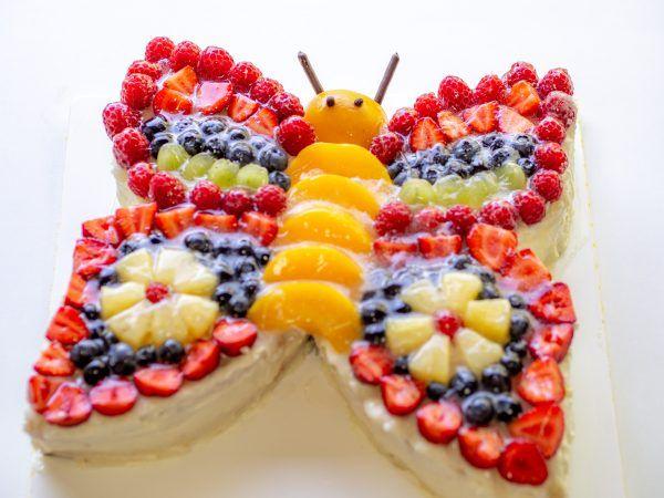 Bunter Schmetterlingskuchen mit viel Obst verziert – perfekt für Kinder   – Geburtstag