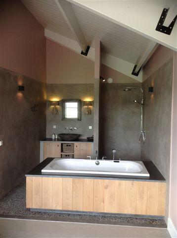 Badkamer met bad en badkamermeubel met gestucte wanden, gerealiseerd door Rene Houtman www.renehoutman.nl