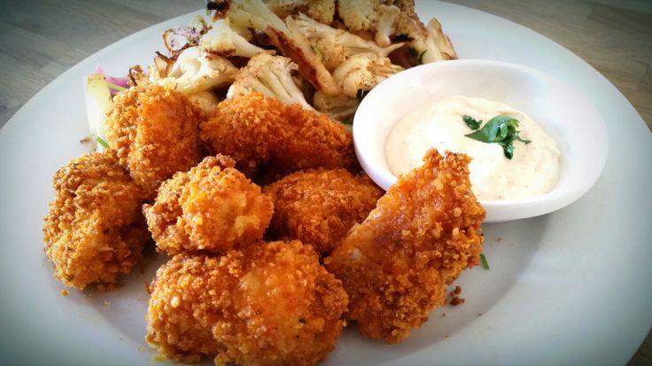 Crusty kipnuggets koolhydraatarm en paleo gerecht van kip met een krokant jasje. Erg low carb, gezond fast food!
