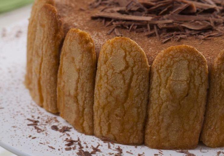 Com deliciosos biscoitos champanhe, raspas de chocolate e cream cheese, a charlote de leite condensado vai surpreender seus f