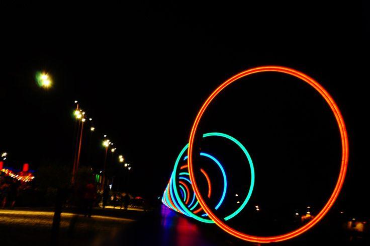 Nantes, les anneaux de Buren, concepteur des Colonnes de Buren à Paris, la nuit, sur l'île de Nantes en bordure de Loire.