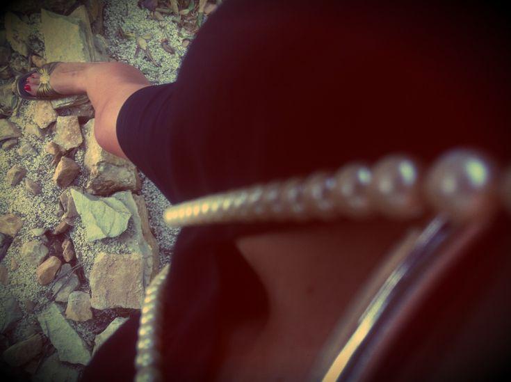 Valletta!  Vestito nero – Twin Set  Sandali con tacchi – Alberto Guardiani  Collana di perle – Accessorize  Smalto rosso – Yves Saint Laurent