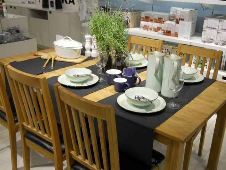 Jesienny stół wcale nie jest ponury, miętowa ceramika łączy się z ciemnymi akcentami - czarnym bieżnikiem oraz ciemnofioletowymi kubkami. Świeża lawenda nadaje świeżości, jej kwiaty nawiązuję do pięknego koloru kubków Stockholm.