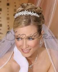 Resultado de imagen para peinados sencillos para tiara de novias
