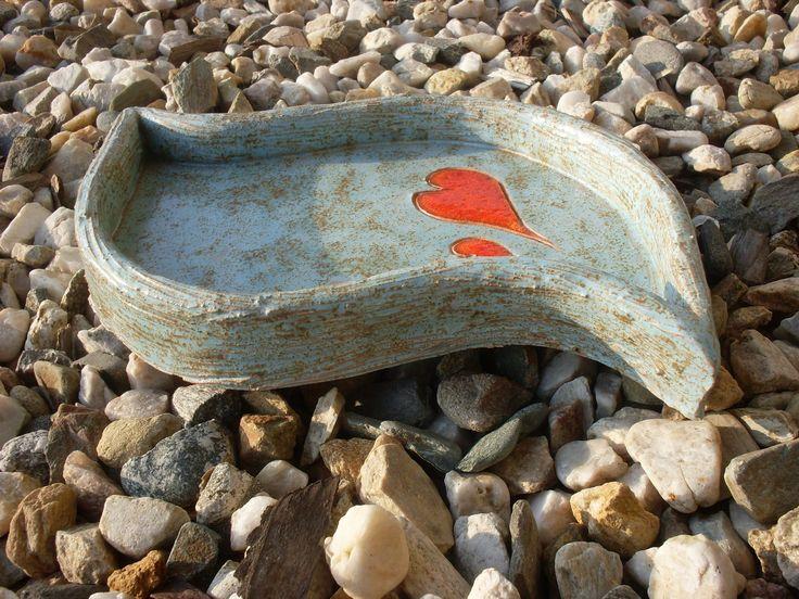 Mořská vlnka - vzpomínky na léto Miska ve tvaru mořské vlny může sloužit jako dárek plný krásných vzpomínek na chvíle strávené u moře ve dvou. Poslouží i na věškeré dobrůtky, které doma máte nebo jako odkládací miska na to, co vám doma překáží. Délka cca 26 cm, šířka 14 cm