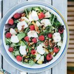 Salade met geitenkaas frambozen en peer