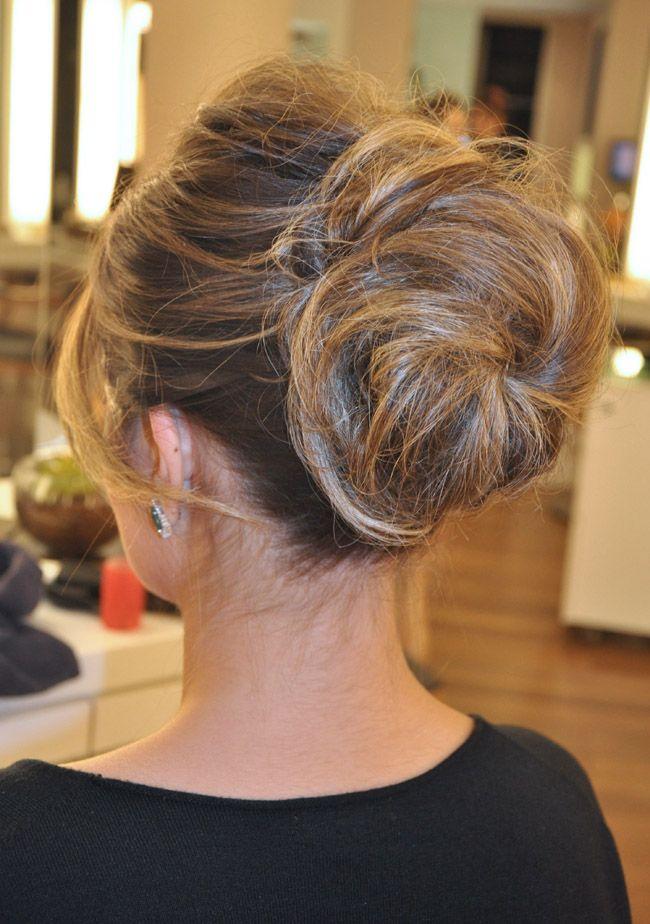 Inspire-se! O volume no topo da cabeça dá elegância ao penteado e deixa o look com ar bem sessentinha.Além disso, o cabelo com volume, seja no topo da cab
