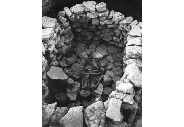 Cultura de El Argar. 2º Milenio AC. Tumba 14 en cámara hallada en el Cerro de la Virgen, en la que se recuperó el esqueleto de un individuo de 50-60 años, probablemente femenino, al que acompañaban objetos cerámicos y metálicos, entre ellos dos punzones y un puñal (Schüle 1980: lám. 117a). Las cámaras constituyen un tipo de contenedor funerario minoritario en el mundo argárico.