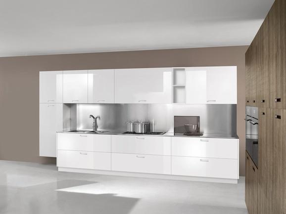 Cucina lineare moderna bianca lucida con piano di lavoro in acciaio cromato.