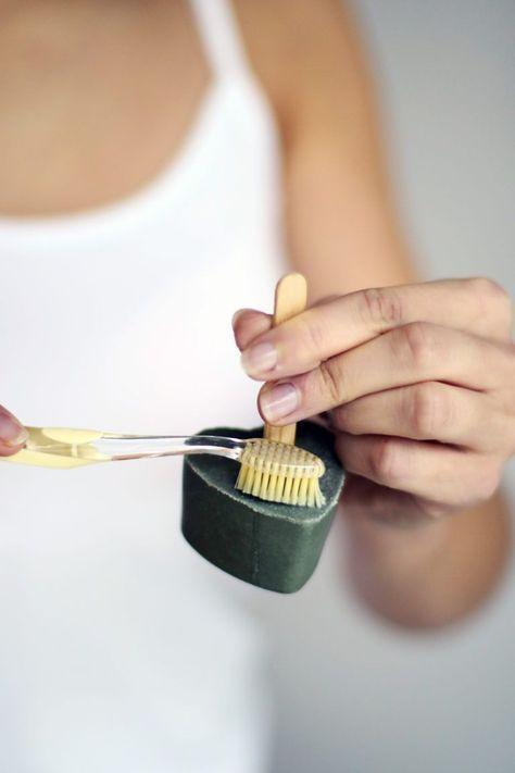 Apprenez à fabriquer votre dentifrice solide et vegan à l'argile verte avec cette recette de Stellina Huvenne, issue du livre Cosmétique solide.