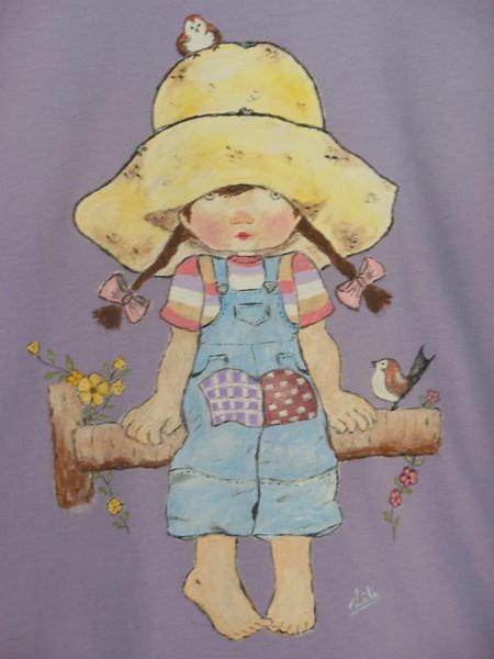 Artesanía pintada a mano, niña sentada sobre un tronco.