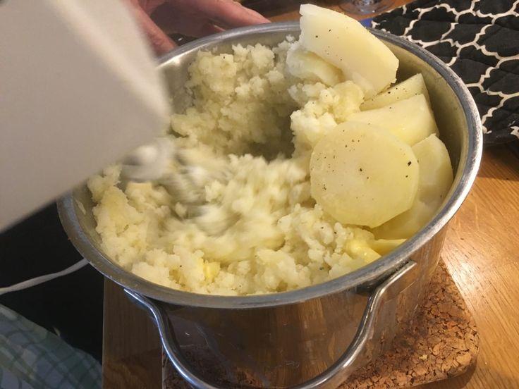 Lena är fundamentalist när det gäller potatismos. För henne duger ingenting annat än potatissorten King Edward till mos. Den, potatissorten alltså, är drygt hundra år gammal och uppkallad efter den brittiske kungen Edward VII som kröntes 1902, och jag kallar därför moset förLenas kungliga potatismos.   #Mat #Recept