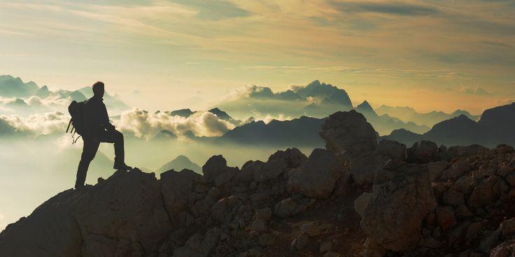 Восхождение на гору – это незаурядное приключение для настоящих любителей экстрима. Прошли времена, когда взбираться на высочайшие пики могли исключительно профессионалы, за плечами у которых множество подобных испытаний. Теперь отправиться в тур, покорить гору может каждый. И если не хочется начинать с небольших высот, не беда – восхождения в горы для новичков возможны даже к Эвересту.  Стоит уточнить, что не важно, опытный вы путешественник или новичок, нужно иметь неплохую физическую…