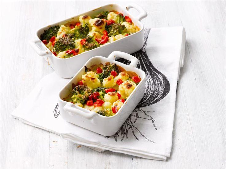 Juustokastike kuorruttaa kasvikset herkullisiksi uunissa. Kasviksia voi vaihdella; myös porkkana, sipuli ja uudet perunat käyvät hyvin vuokaan. Esikypsennä ne sopiviksi ennen gratinointia.