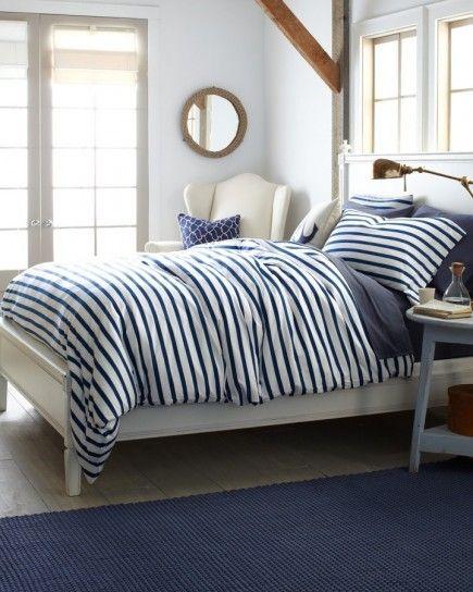Tessuti a righe - Tessuti a righe bianche e blu con finestre a quadri per arredare una camera da letto stile marina.