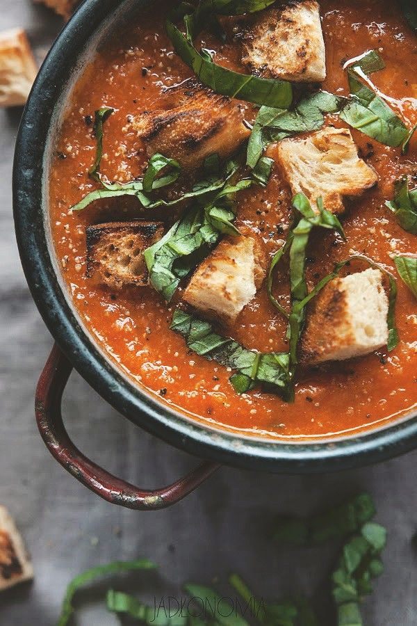 Od stuleci włoskie gospodynie były mistrzyniami taniej kuchni – wiedziały jak z kilku składników przygotować doskonałe dania oraz jak zużyć resztki jedzenia, które zalegają w spiżarni. Tak właśnie powstał przepis na najsłynniejszą [...]