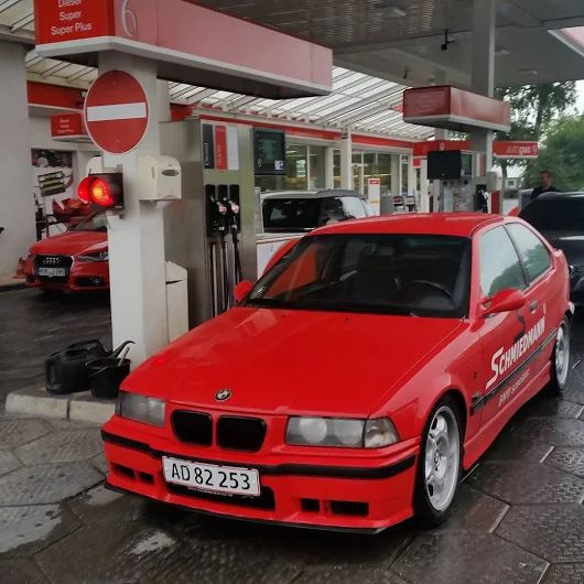 How many of you recognize this situation? #schmiedmann #bmwspecialist #bmw #refueling #gasstation #petrolstation