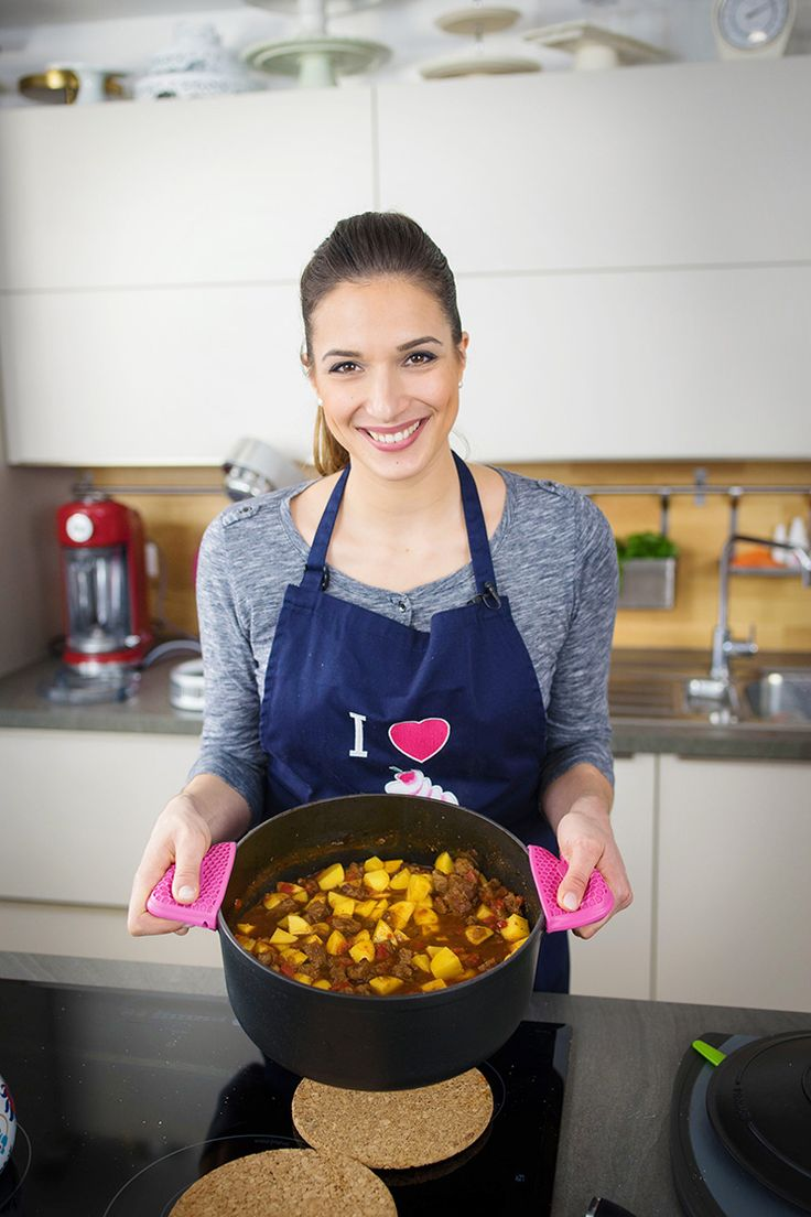 Dieses Rindergulasch wird in einem Schmortopf im Ofen zubereitet und ist dadurch sehr zart. Ich habe es mit Paprika und Kartoffeln zubereitet. Zubereitung: 30 Min. Garzeit: 3 Std. Zutaten für 6-8 Personen: Rindergulasch: 4 EL Sonnenblumenöl 4 Knoblauchzehen 6 Zwiebeln (800 g) 1 kg Rindfleisch (für Gulasch, von der Keule, das Bürgermeisterstück) 1 Chilischote 5 …