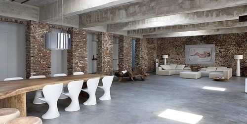 wonderful loft in Düsseldorf, Germany. Bruno Erpicum was the architect entrusted with designing this warehouse conversion. It is now the home of a couple with a passion for architecture who were keen to make one of Düsseldorf's rare ruins their own. The reconversion was closely overseen by the administrative authorities, since this old factory in the city centre miraculously avoided damage during the many bombings of World War II.