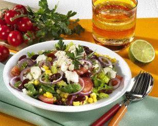Mexikanischer Salat mit Schafskäse Rezept: Maiskörner,Kidney-Bohnen,Zwiebel,Romana-Salatherz,Tomaten,Salz,Chili,Öl,&quotlight&quot,Garnieren