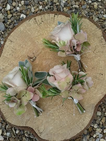 Cocarde realizate din trandafiri,rozmarin si hortensii.