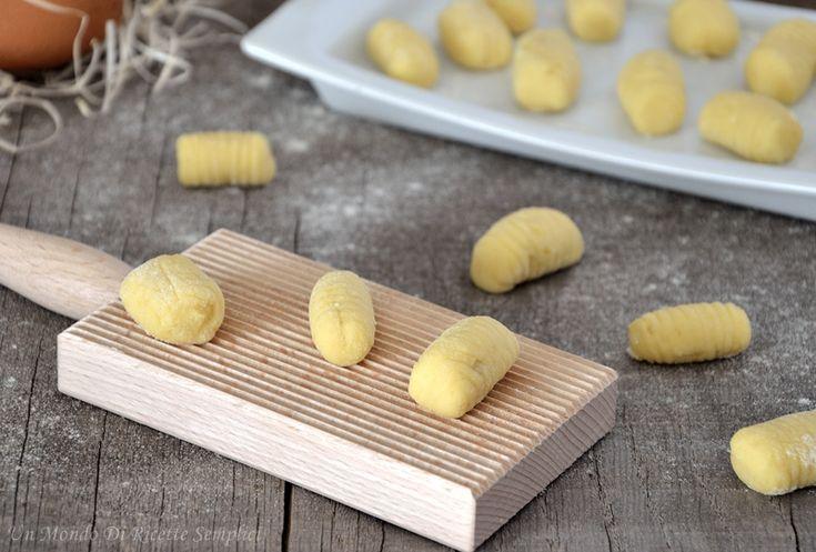 Se volete un primo piatto saporito gli gnocchi di patate sono l'ideale, sono ottimi con qualsiasi condimento e sono semplicissimi da preparare.