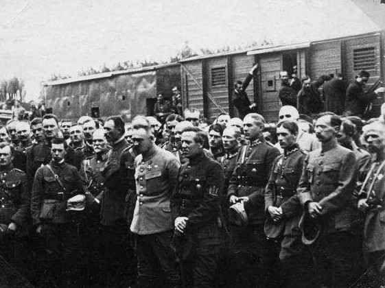 Pisudski_Petlura_Polish_and_Ukrainian_Officers_1920