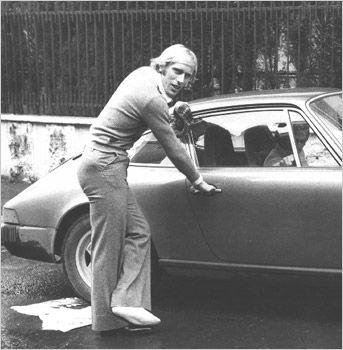 Muore Luciano Re Cecconi una morte assurda 18/01/1977 .Stava facendo uno scherzo all'amico orefice fingendosi un ladro purtroppo amico non l'ha riconosciuto è ha sparato
