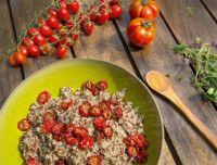 Киноа с баклажанами и вялеными помидорами 3–4 порции: • ¾ ст. киноа • 1 большой баклажан • 2–3 ст. л.оливкового масла • соль и перец по вкусу  • Для вяленых помидоров (можно использовать и готовые): 20 помидоров черри• 1 ч. л. соли • ⅓ ч. л. перца • 1 ч. л. кокосового сахара • 1 ч. л. тимьяна • 1 ч. л. розмарина • 1 ч. л. сухого чеснока (или 1–2 мелко нарезанных зубчика).  Вяленые помидоры. 1. Разогрейте духовку до 80°С. 2. Разрежьте помидоры пополам и выложите на покрытый пергаментом…