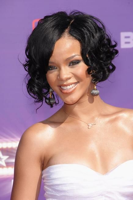 Messy tight curls give the chin-length cut a sexy texture that shows off a sculpted jawline. #rihanna #hairstyles