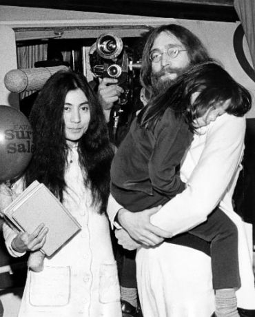 Yoko Ono et John Lennon avec Kyoko (la fille de Yoko) lors de leur arrivée à Montréal pour leur «bed in» de paix en 1969.