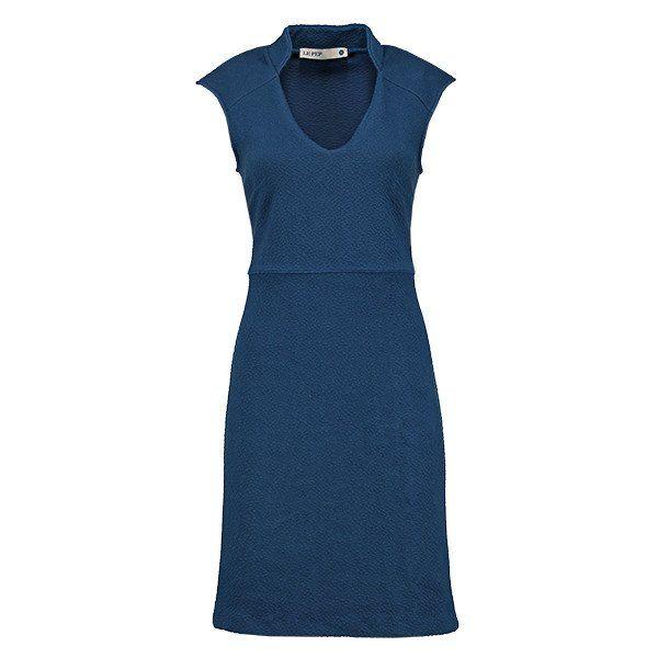 Blauwe jurk met diepe V-hals van Le pep.Deze vrouwelijke jurk heeft kapmouwtjes en een mooie V-hals met een opstaand kraagje. Materiaal: 65% viscose, 30% polyes