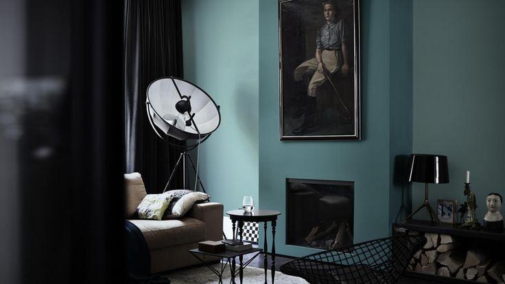 Çarpıcı bir oturma odası için harika lagün mavisi duvarlarla siyah ve kömür tonlarındaki mobilyalar arasında kontrast oluşturun.