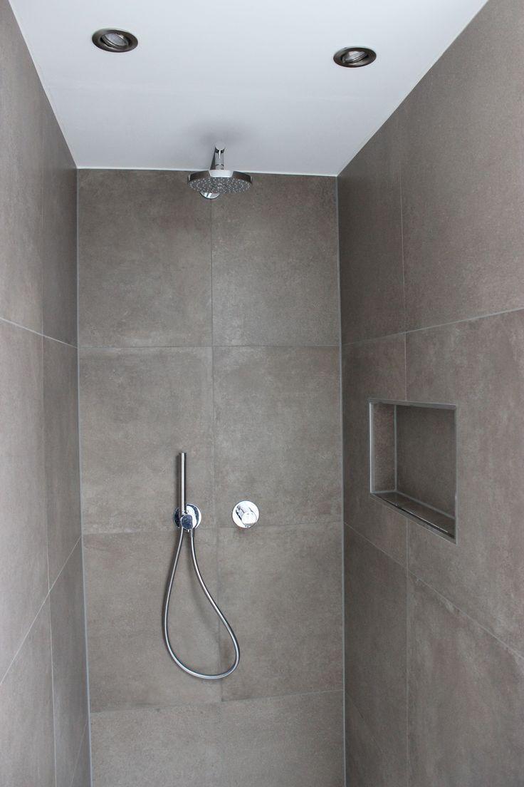 Modernes Zeitloses Bad Mit Praktische Nischen Fliesen In Betonoptik Farbe Mokka Fliesen Betonoptik Betonoptik Badezimmerideen