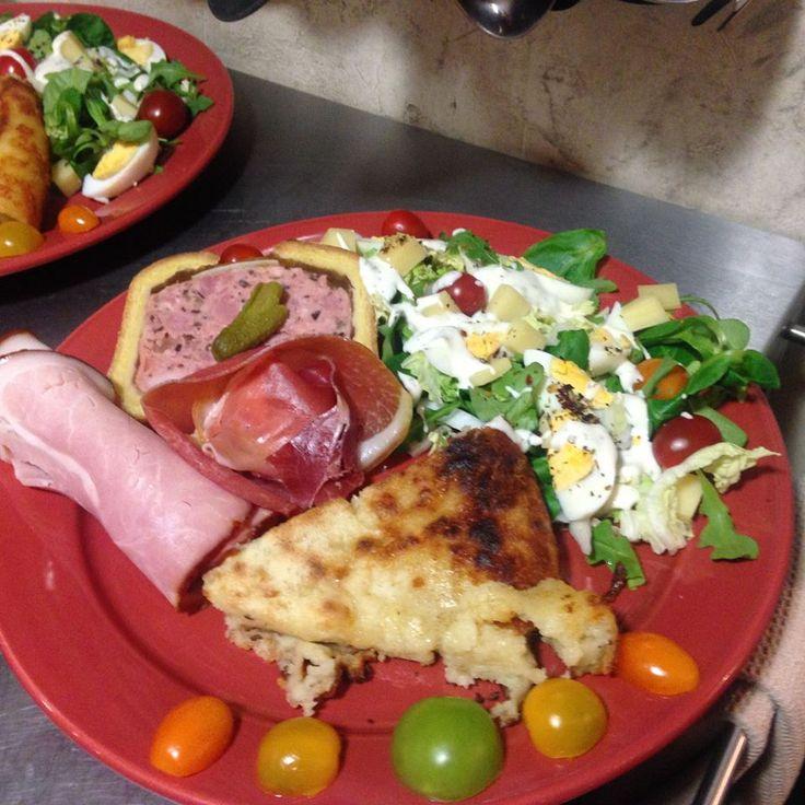 table d'hôtes OTséza Michon au comté, charcuterie jurassienne, salade verte
