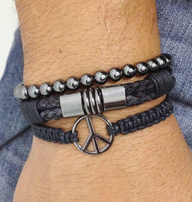 Kit de pulseiras unissex composto de 3 pulseiras, sendo:  - 1 pulseira shambala confeccionada em macramê com cordão encerado na cor preto e símbolo da paz em banho grafite.  - 1 pulseira de couro trançado na cor preto e entremeios metálicos em banho grafite  - 1 pulseira de pedra natural hematita...