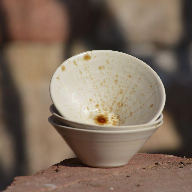 """Miska Kompotka malé Áčko - Vůně kávy Kameninová, ručně točenámiska Kompotka malé Áčkoz rodiny """"Vůně kávy"""" je vytočena z velmi kvalitní zahraniční hlíny a proto má velmi tenký střep... je lehoučká jako pírko:). Díky použitému materiálu a výšce výpalu Vás překvapí svou dlouhou životností:). Pro své mnohostranné využití bude jedním z ..."""