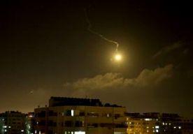 3-Jul-2014 5:02 - OPNIEUW AANVALLEN GAZA-ISRAËL. Israël heeft vannacht opnieuw doelen aangevallen in de Gazastrook. Ook vanuit Gaza kwamen gisteravond laat weer raketten neer op Israëlisch grondgebied. Het Israëlische leger zegt dat in Gaza onder meer wapenopslagplaatsen en verborgen raketwerpers doelwit waren. Palestijnse bronnen zeggen dat in het noorden van Gaza zeker 10 burgers gewond zijn geraakt. Een vrouw zou in levensgevaar zijn. In Oost-Jeruzalem was het gisteravond laat...
