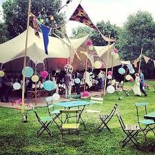 deze locatie lijkt op een klein mini festival terrein, leuk voor feestjes