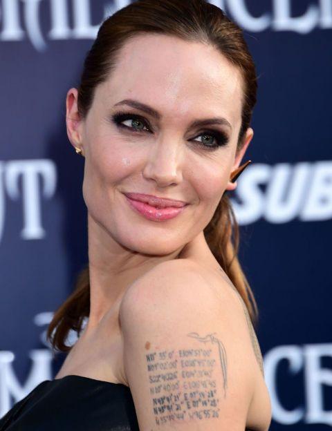 Pero su tatuaje más especial lo lleva en el brazo izquierdo: allí, la actriz lleva las coordenadas del lugar de nacimiento de todos sus hijos y de su marido, Brad Pitt.