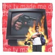 explica de que manera la televisión nos hace violentos: la television nos hace violentos por medio de peliculas, novelas o tambien por medio de los noticieros ya que nos pude alterar y dañar nuestra mente.